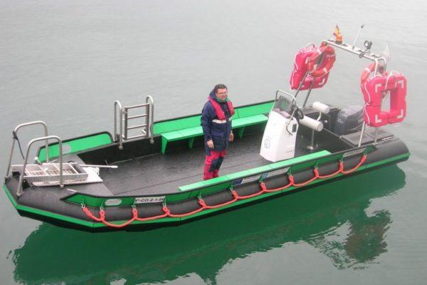 Barco de polietileno de alta densidad construido para trabajos postuarios