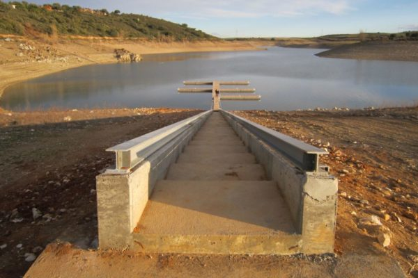 Floating pontoons for reservoirs
