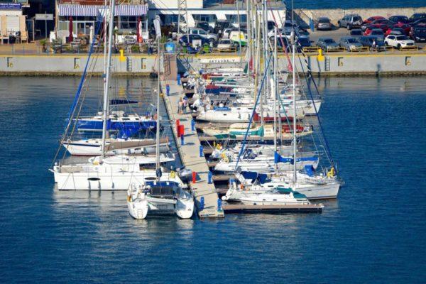 Pantalanes de hormigón en Kavala Marina
