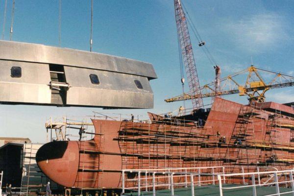 Puente de aluminio en construcción