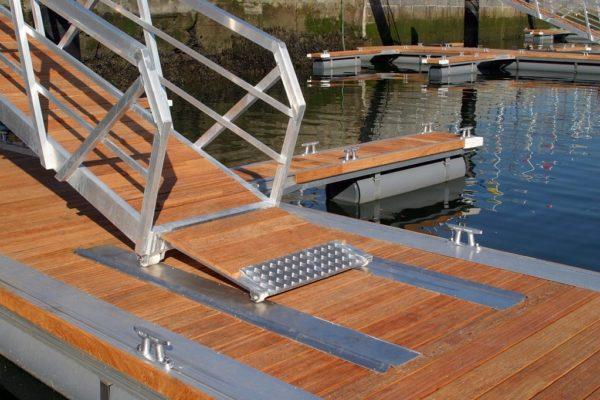 Detalle rampilla en pasarela de aluminio