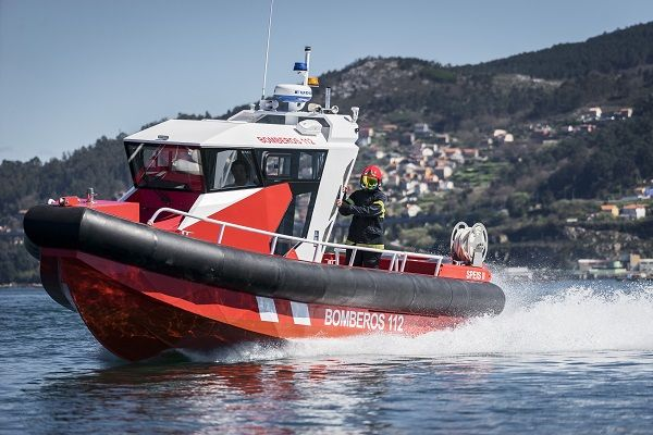 Aluminium fireboat equipped with outboard engines