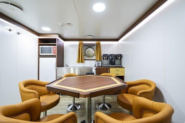 Suministro e instalación de ventanas en el interior del barco
