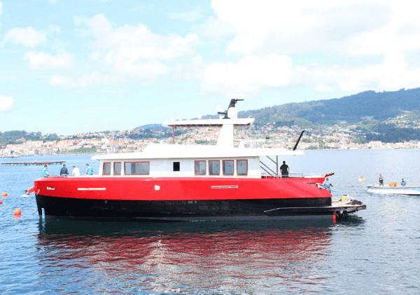 Yate de aluminio compacto realizando las pruebas de mar en la Ría de Vigo